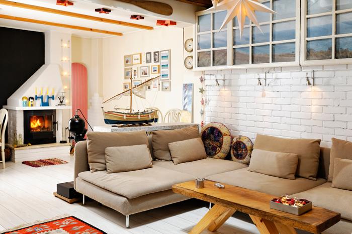 living, design interior, amenajare nordica, casa veche, mobilier retro, hygge, radio vintage stereo, masuta din lemn de stejar, barne vechi, covor traditional, accesorii marine