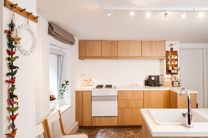 bucatarie moderna, fronturi cu aspect de lemn, barne vechi, luminatoare reglabile, vitrine cool, insula de bucatarie, proiect de design interior, lambriu pvc, gresie pattern, amenajare aerisita