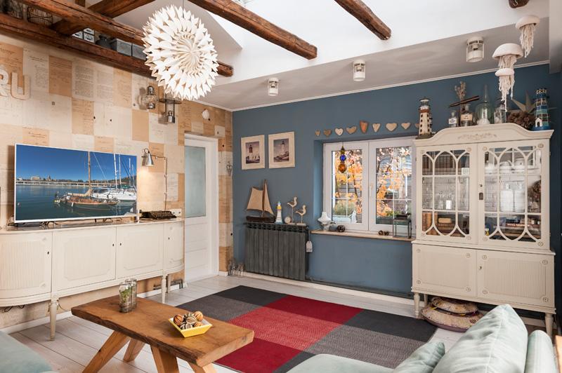 living, design interior, amenajare nordica, casa veche, mobilier retro, hygge, radio vintage stereo, masuta din lemn de stejar, barne vechi, covor de lana, accesorii marine