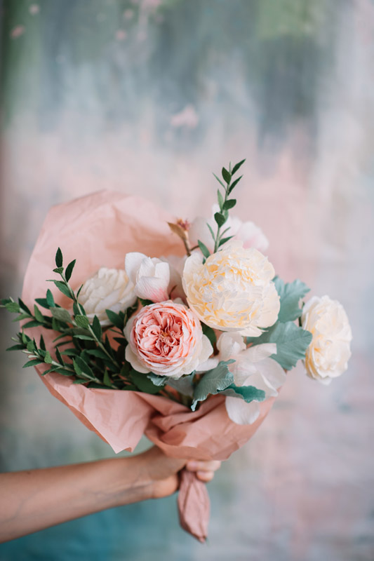christine paper design, flori din hartie, ochisoru, made in romania, cristina ciovarta, artist roman, designer floral, buchete pentru mireasa, aranjamente florale din hartie