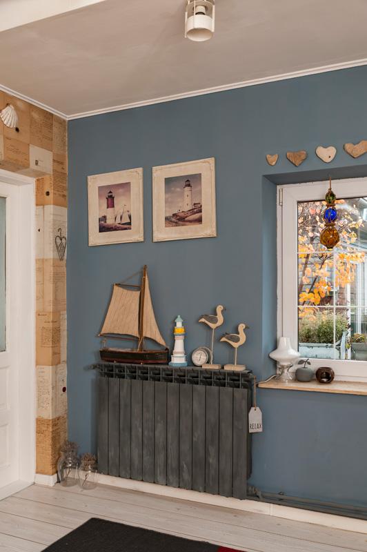 living, design interior, amenajare nordica, casa veche, mobilier retro, hygge, radio vintage stereo, masuta din lemn de stejar, barne vechi, covor de lana, accesorii marine, tapet din hartii vechi
